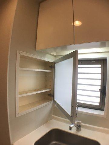 設備シンク横には収納棚があり、調味料などの置き場に最適ですね。