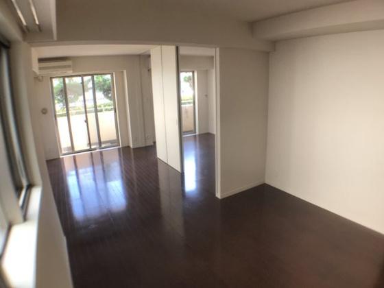 居間縦長のリビング。居室と合わせると18帖もの広さになります。