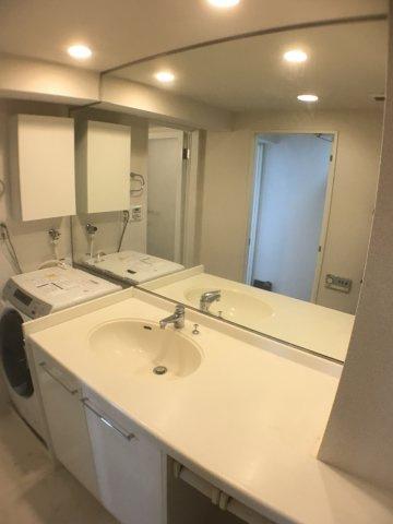 独立洗面台小物を置くスペースもミラーも充分な広さ、大きさ。ミラー:高さ120cm×幅180cm