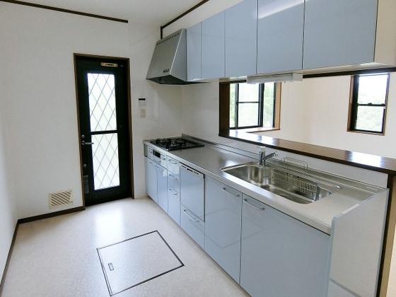 キッチン淡いブルーのおしゃれなシステムキッチン 食器洗い乾燥機付きです♪