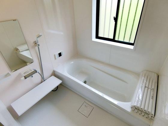 浴室新品のバスルーム 窓が付いているので換気も安心です