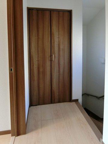 収納2階廊下にも便利な収納スペース有り