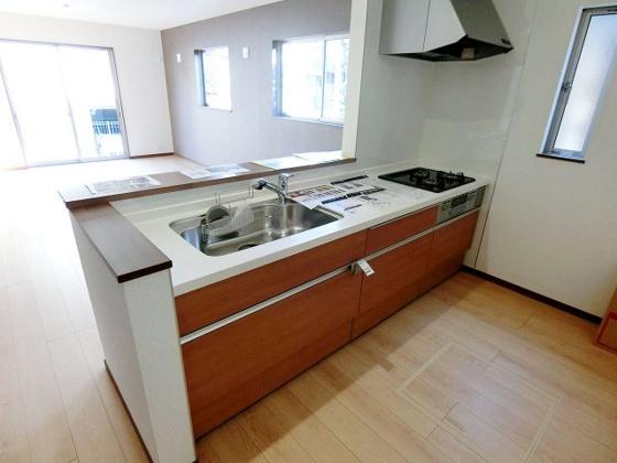 キッチン清潔感のある白い天板のシステムキッチン
