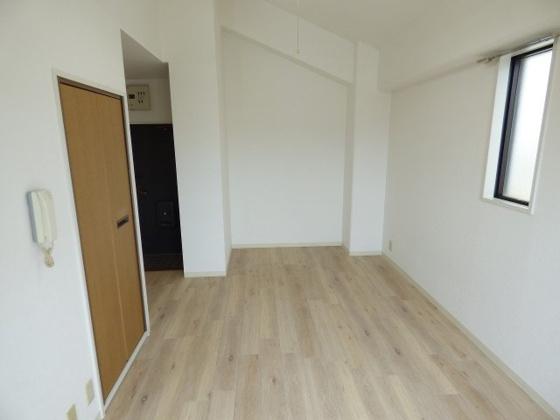 居間ゆったりとした洋室です。
