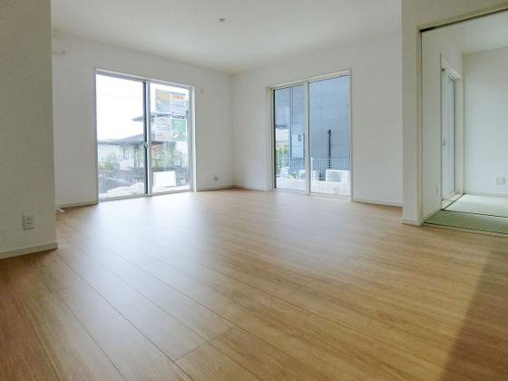 居間隣り合う和室を開放すれば、ひときわ広々とした空間になるリビングダイニング。