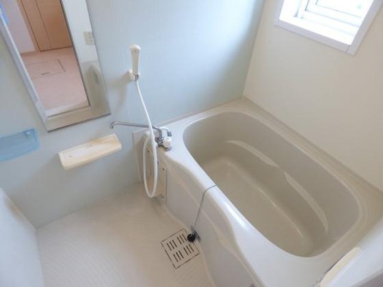 浴室お風呂にも窓がありますよ。