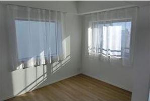寝室ニ面採光のベッドルーム
