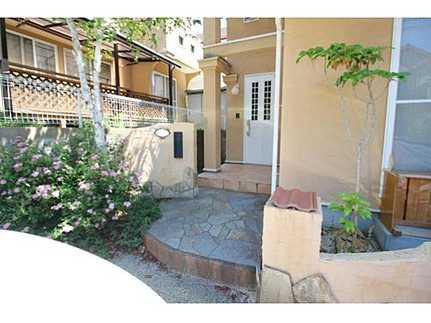 玄関閑静な住宅街・駐車並列2台可 敷地面積広々53坪