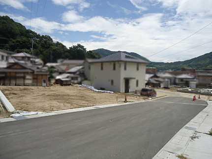 前面道路含む現地写真閑静な住宅街・駐車2台可 敷地面積ゆとりの57坪