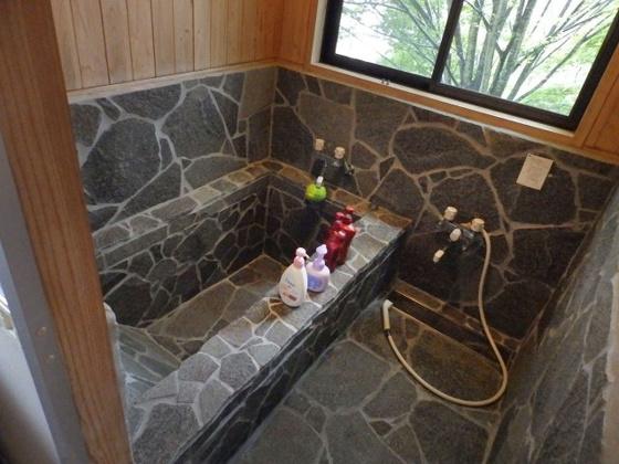 浴室岩風呂には温泉を引いています!