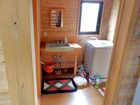独立洗面台おしゃれな洗面台♪ 室内洗濯機置場もしっかり完備