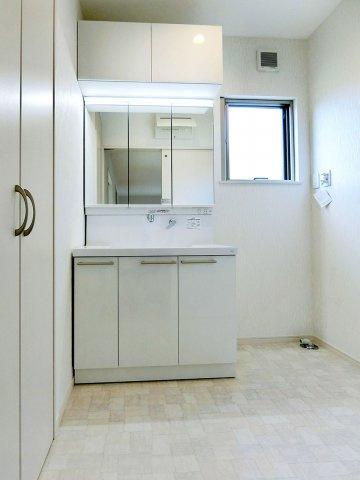独立洗面台上部収納のついた三面鏡洗面化粧台