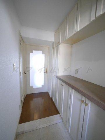 玄関広々とした明るい玄関・たっぷり入るシューズボックス付きです。