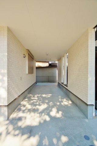 駐車場奥行7m以上の大型屋根付き車庫です。