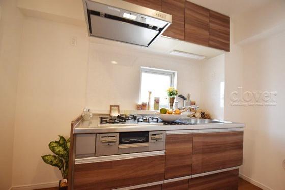 キッチン窓のあるキッチン