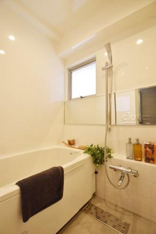 浴室窓のあるバスルーム