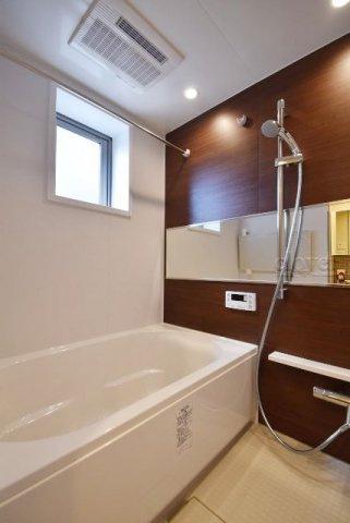 浴室窓のある明るいバスルーム