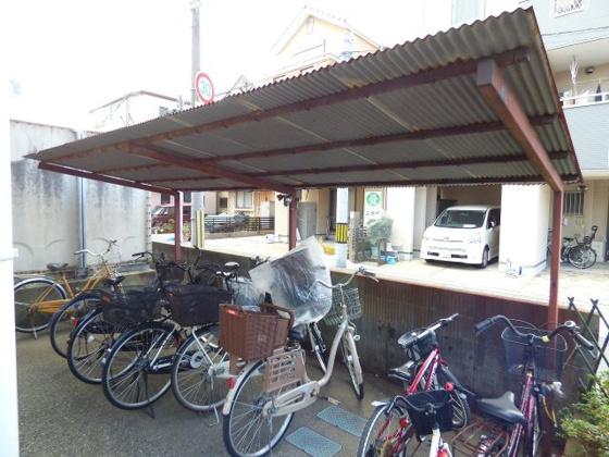 その他雨の日も安心の屋根付き駐輪場