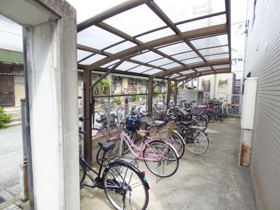 その他駐輪場は屋根付きですよ。