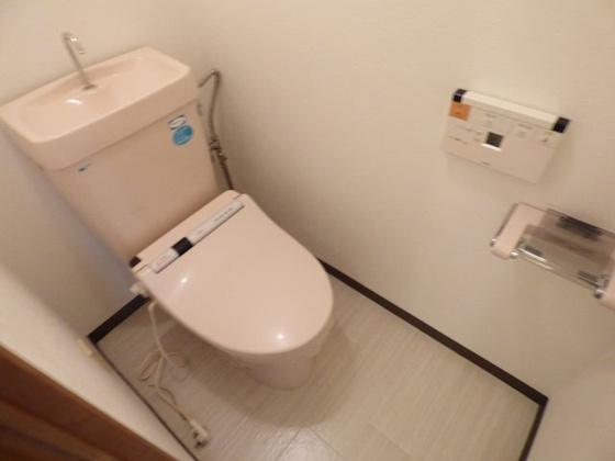 トイレ温水洗浄便座付きです。