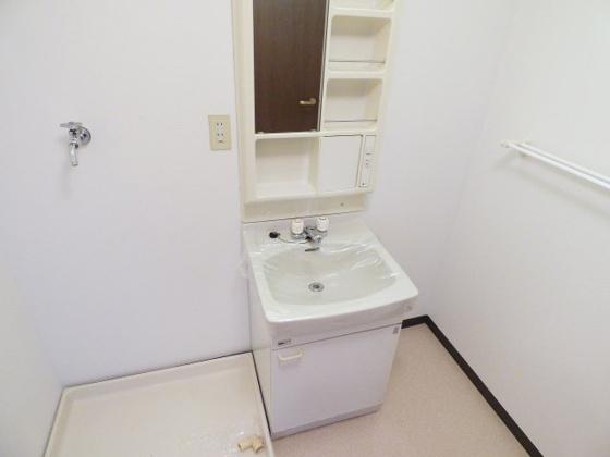 洗面所すっきり清潔な独立洗面台。