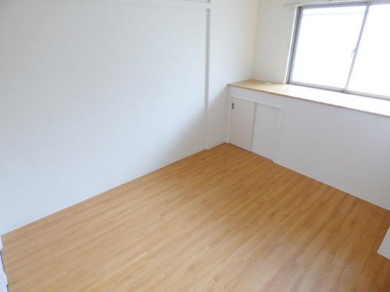 寝室とても明るくてきれいな洋室。