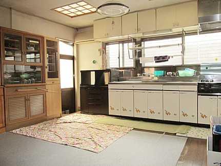 キッチンキッチンには勝手口が付き、カースペースからの機能的な動線を確保