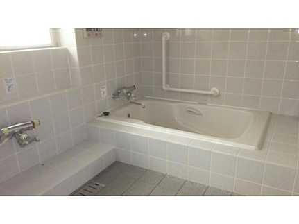 浴室窓付きの明るい浴室