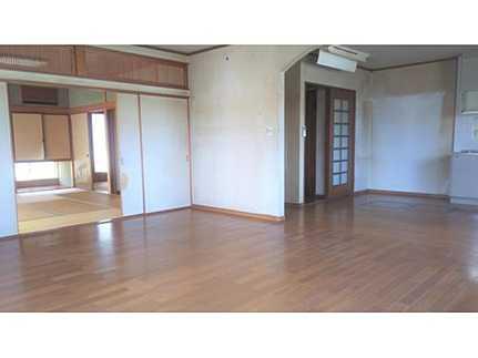 居間約19.5畳の広さを確保したLDKは、和室と一体化して利用すると約29.5畳の大空間