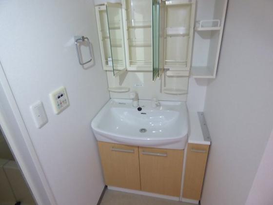 洗面所うれしい収納充実の独立洗面台。