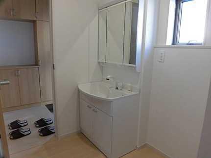 独立洗面台女性に嬉しい大きな三面鏡の洗面台です