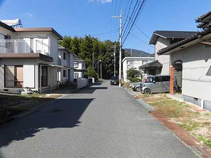 前面道路含む現地写真平成29年11月クロス張替済・駐車2台可 永住の地に相応しい閑静な住宅街
