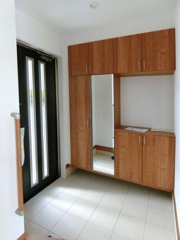 玄関全身鏡の付いた収納力豊富なシューズボックス