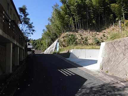 前面道路含む現地写真建築条件なし・高台に立地 JR三滝駅まで徒歩10分