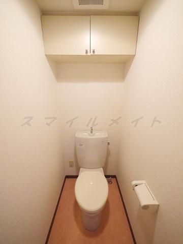 トイレ清潔感のあるトイレ・収納棚付きです。