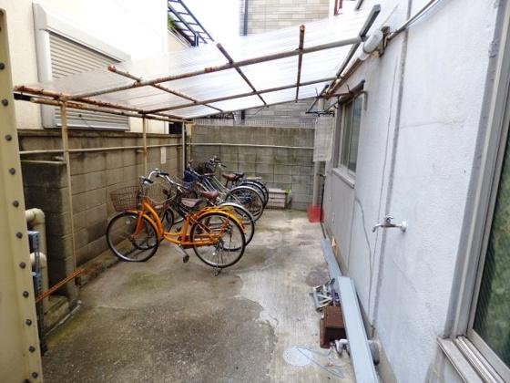 その他屋根付きの駐輪場があります。