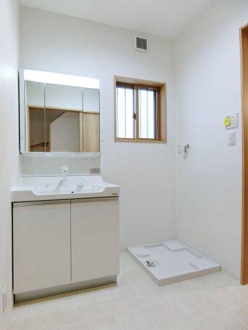 独立洗面台窓付きで明るい洗面所
