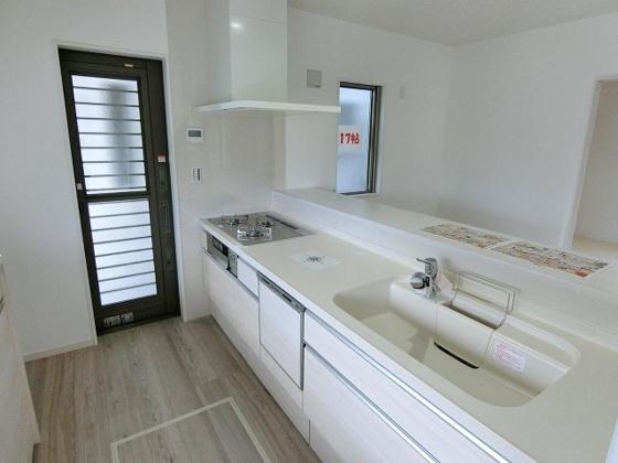 キッチン清潔感のある白いシステムキッチン