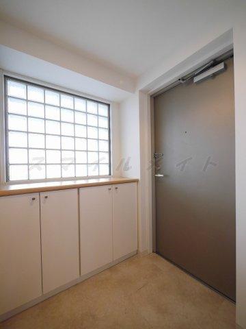 玄関窓のある広々とした明るい玄関・シューズボックス付きです。