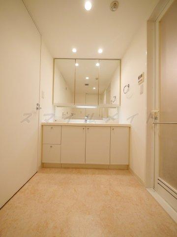 洗面所朝の身支度に便利な独立洗面台・三面鏡です。