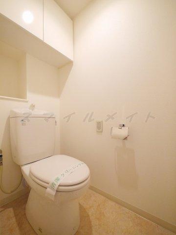 トイレ清潔感のあるトイレ・上部には収納棚付きです。