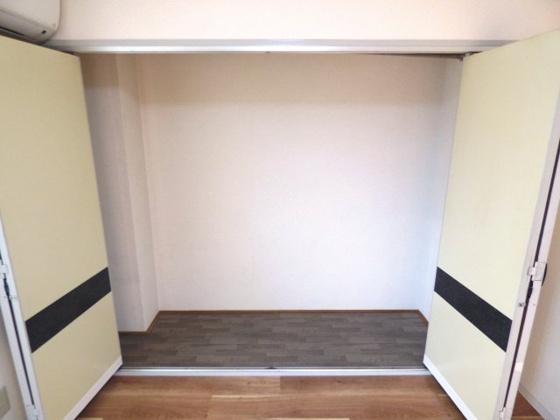 収納壁一面には収納があります。