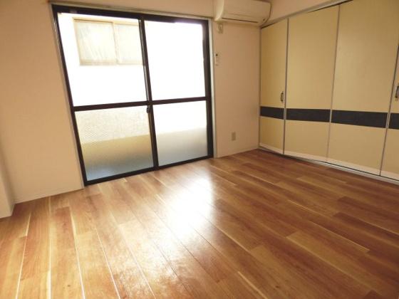 寝室ベッドも置けるゆとりある洋室。