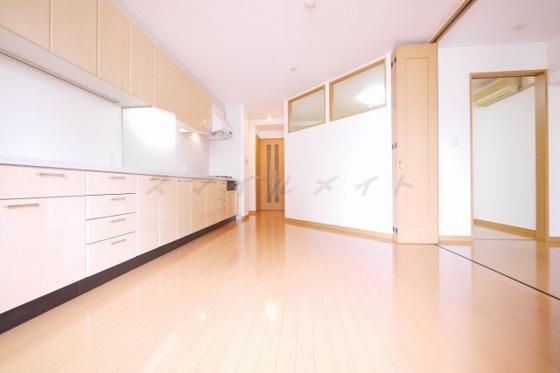 居間優しい色合いのフローリング・開放感のある空間です。