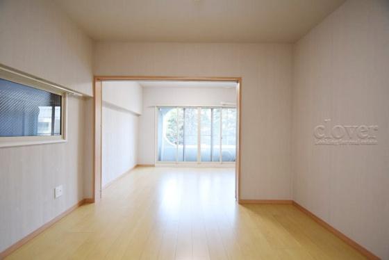 居間キッチンからリビングダイニングと洋室