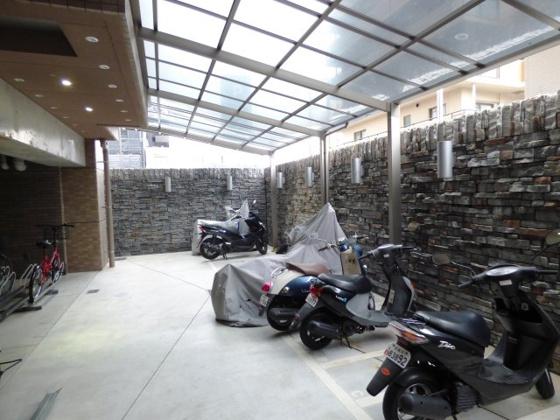 その他雨の日も安心の屋根付き駐輪場。