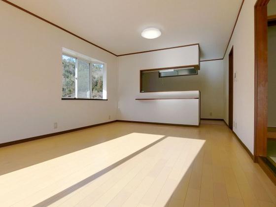 居間リビング全体を見渡せる対面式のキッチン