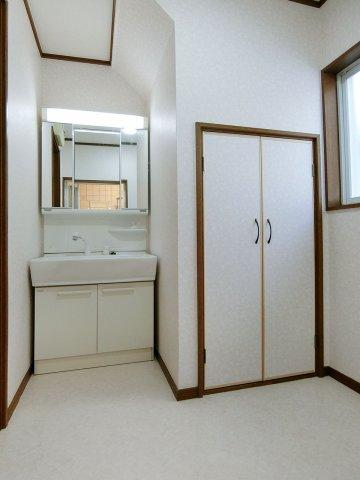 独立洗面台大きな三面鏡のシャワー付き洗面化粧台(新品) 便利な収納スペース付きです