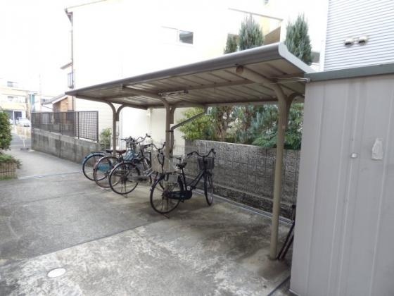 その他駐輪場は屋根付きで雨の日も安心。