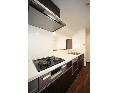 キッチン食器洗い乾燥機付きのシステムキッチン 3口コンロでお料理もラクラク♪